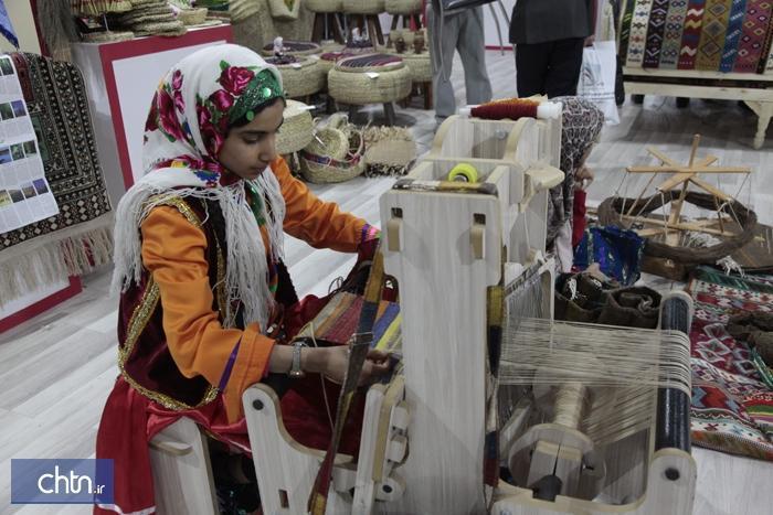 اجرای زنده نساجی سنتی توسط کودک گلستانی در نمایشگاه تهران
