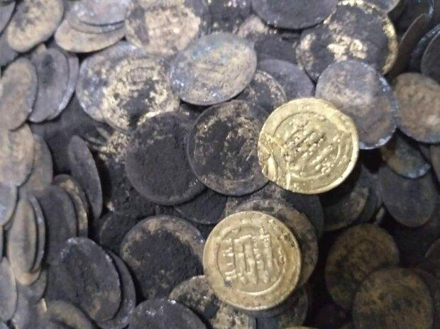 کشف 130سکه متعلق به دوره آل بویه از اتاقک یک قبرکن در ری